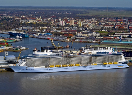 fotografie-Bremerhaven, Foto Bremerhaven, Luftaufnahmen, Luftfoto, Ovation of the Seas, Ovation of the Seas an der Columbuskaje, Ovation of the Seas in Bremerhaven, Ovation of the Seas, Kreuzfahrtschiff, Cruiseliner Ovation of the Seas, Royal Caribbean International, Kreuzfahrtschiff, Weser, Nordsee, Urlaub, Tourismus, Schifffahrt, Seereise, Meyer Werft Papenburg, Meyerwerft, Schiffswerft Meyer Werft
